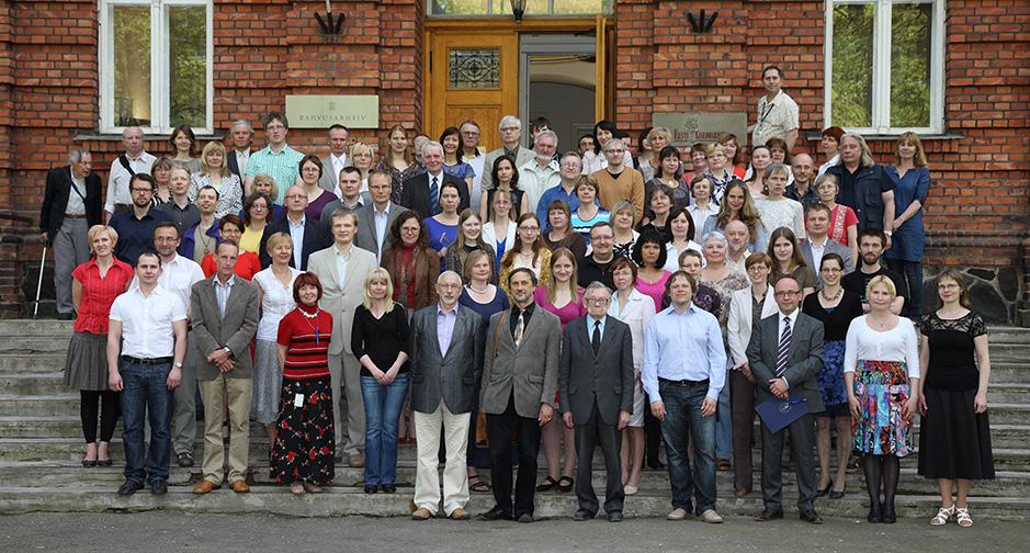 Arhiivitöötajad koos külalistega mais 2013. Foto: Benno Aavasalu