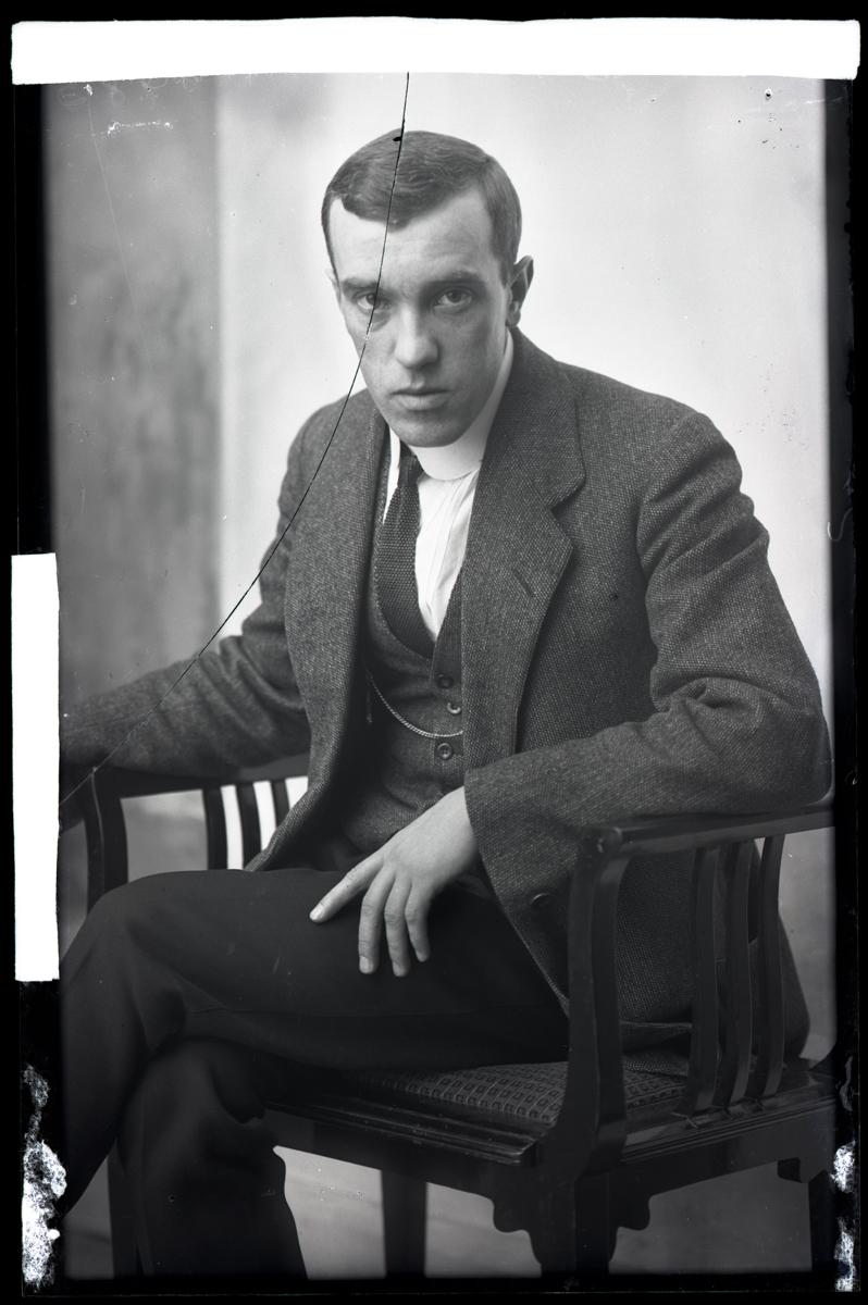 Negatiiv on tõenäoliselt purunenud juba ateljees, killud on pisut nihkes taas liidetud ning kinnitatud servadest paberteibiga. Konrad Mägi portree, 21.03.1914. EFA.215.3-9589
