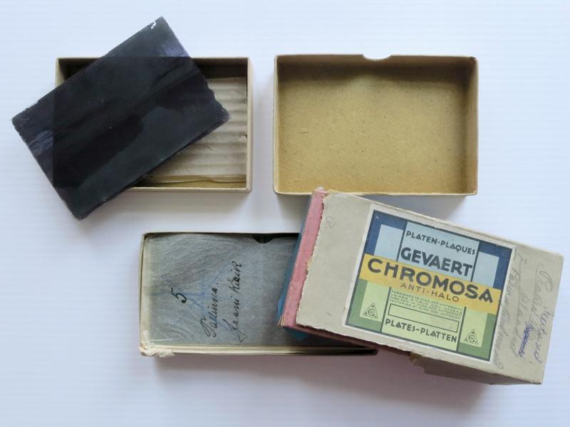 Karbid, milles klaasnegatiive müüdi, on hiljem kasutusele võetud hoiuümbristena
