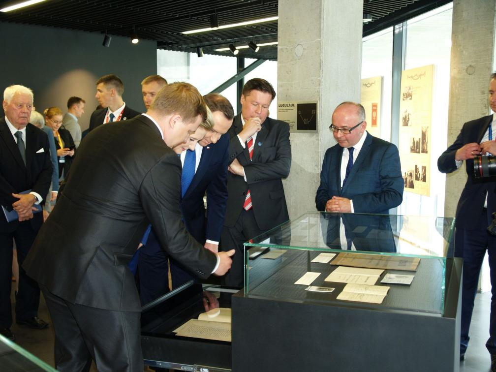 Guided tour at the exhibition. From left: Raimo Pullat, Tõnis Türna, Agata Kornhauser-Duda, President Andrzej Duda, Ambassador Grzegorz Kozłowski, and Priit Pirsko.