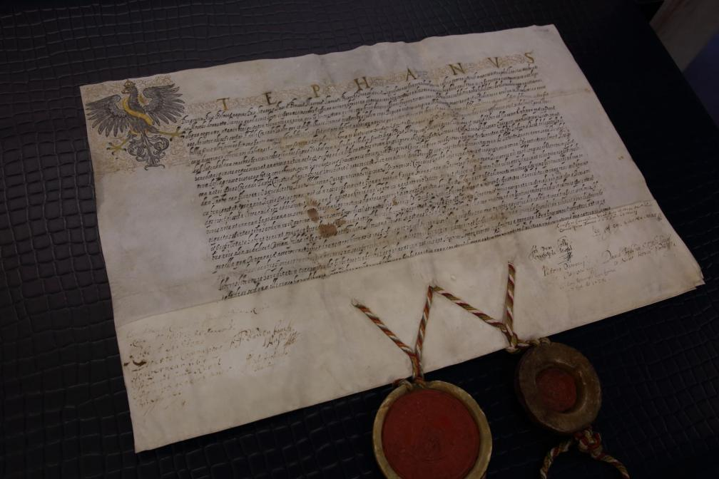 King of Poland and Grand Duke of Lithuania Stephen Báthory confirms to Conrad Taube the title of ownership to several manors in the district of Tartu. 28 February 1585, Warsaw. Parchment, in Latin. (RA, EAA.2069.2.920)