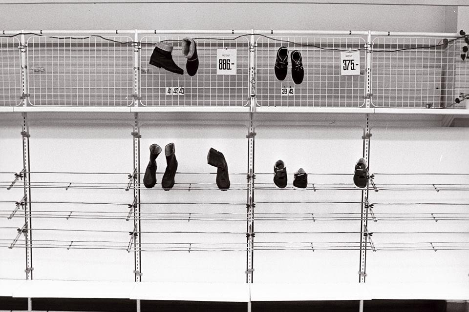 """""""Hullud päevad"""" Tallinna Kaubamajas detsembris 1991. Riiulitel üksikud jalatsipaarid. Foto autor Erik Prozes"""