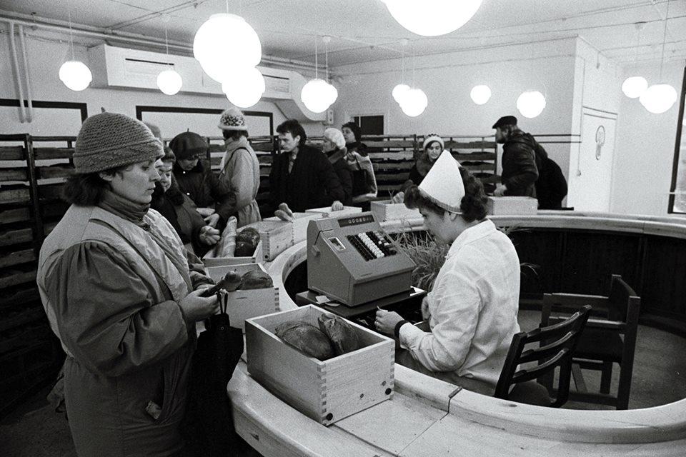 Tootmiskoondise Leibur kaupluse sisevaade. Toomas Volmer. Detsember 1986