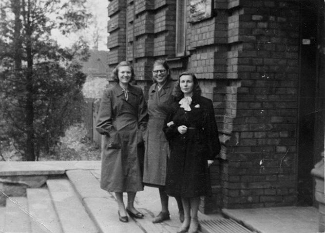 Valentina Nassar, Elise Ibius ja Elsa Brück arhiivi trepil, dateerimata, arvatavasti 1950. aastatel.