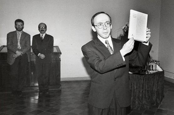Priit Pirsko esitleb A. Soomi mälestusteraamatut Ajalooarhiivi fuajees, 1996. Erakogu.