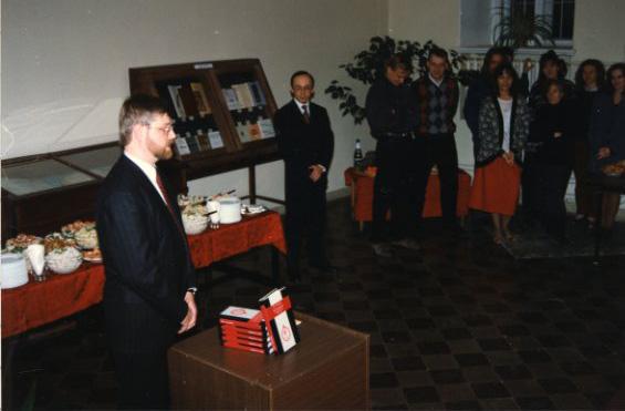 Tõnu Tannberg esitleb oma monograafiat maakaitseväekohustusest Balti kubermangudes 19. sajandi 1. poolel.1996. Erakogu
