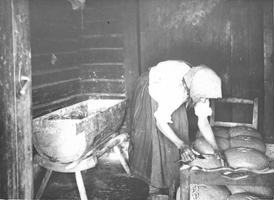 Leivaküpsetamine Muhus - perenaine teeb leivale riste, AM N 327, Eesti Ajaloomuuseum. N327