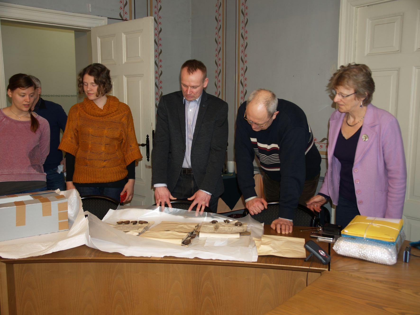 Von Manteuffeli perekonnaarhiivi materjalide üleandmine Rahvusarhiivile. Foto: Helina Tamman