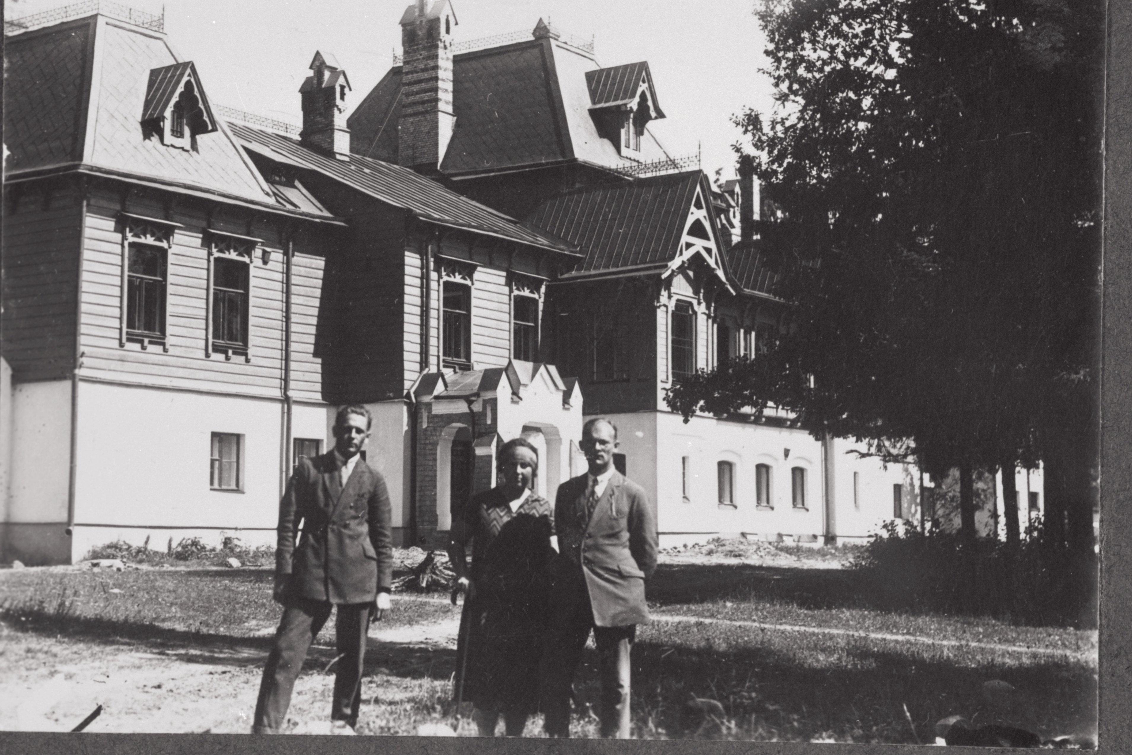 Üliõpilasseltsi Raimla liikmed reisil mööda Eestimaad. Vaivara mõisahoone omaaegses hiilguses, 1926. EFA.134A-76-15