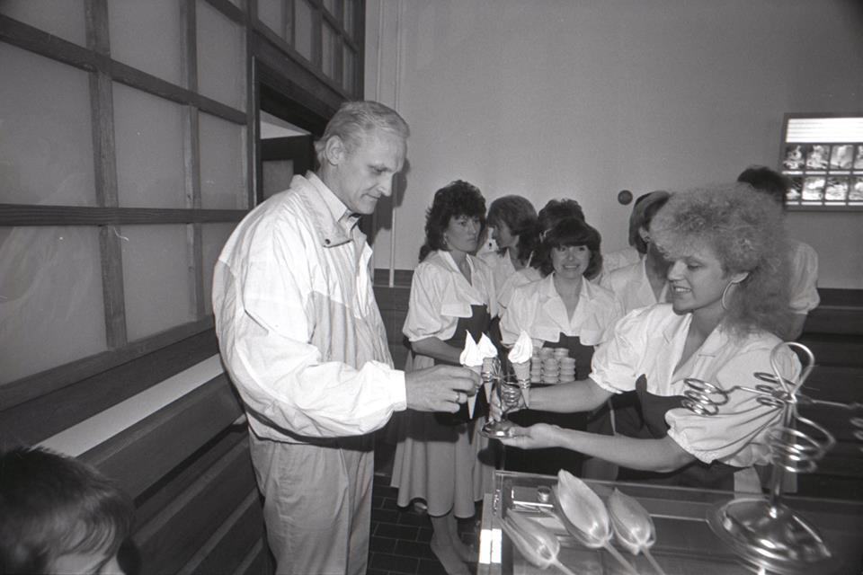 Mai 1990. Ühisettevõtte Estkompexim jäätisekohviku Pinguin avamine Pärnus. Foto: Henn Soodla.