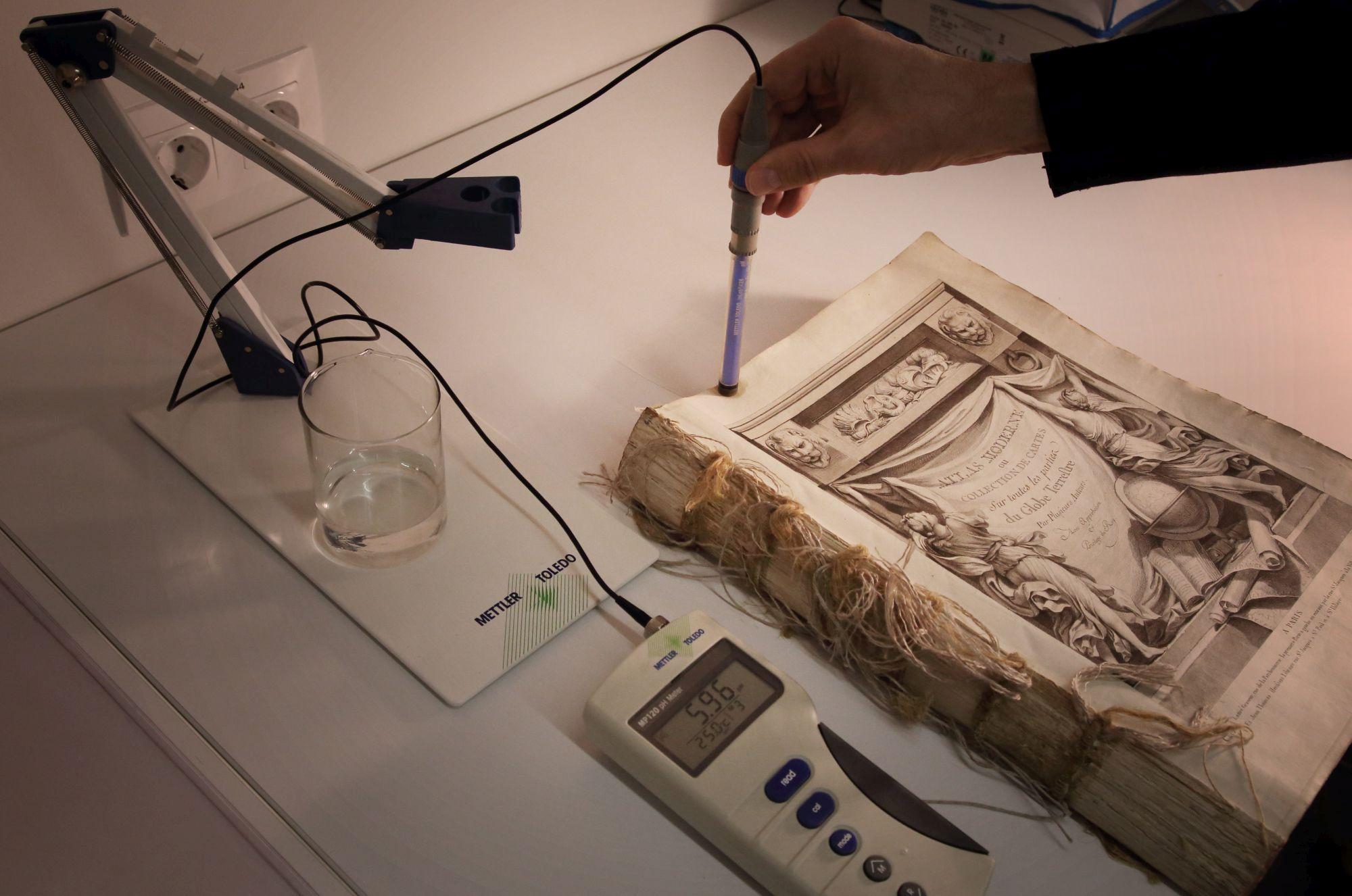 pH-meeter mõõdab, kas paber vajab happerünnaku vastu konservaatori abi