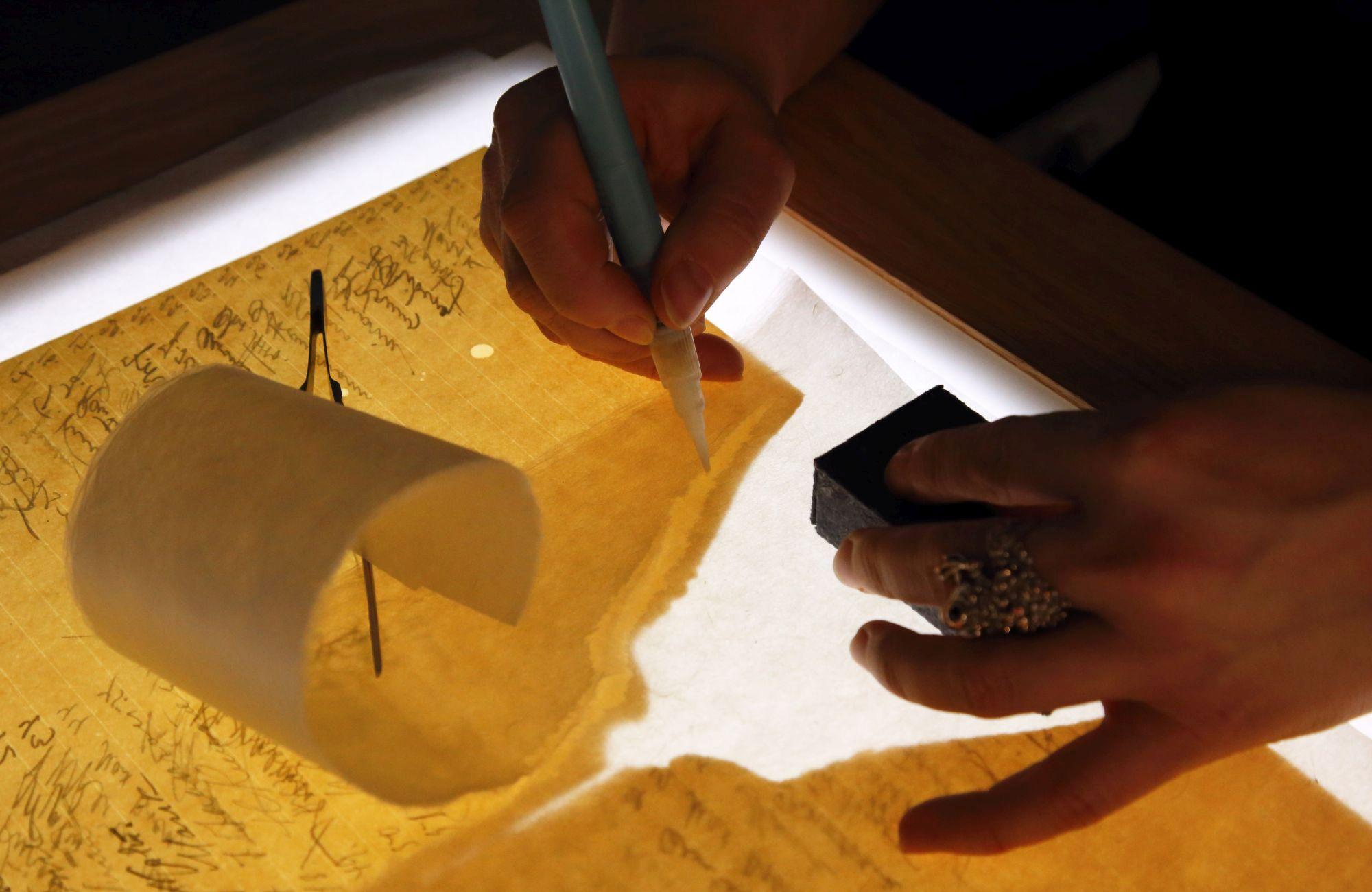 Uus valguslaud abistamas Küllike Pihkvat käsikirjade parandamisel