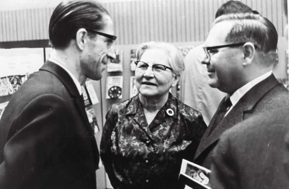 Eesti raamatunäituse avamine Helsingis, vestlevad Ralf Parve, Helmi Mäelo ja Kalju Lepik. 17.mai 1967. RA, EFA.338.0-86757. 35mm negatiivfilm