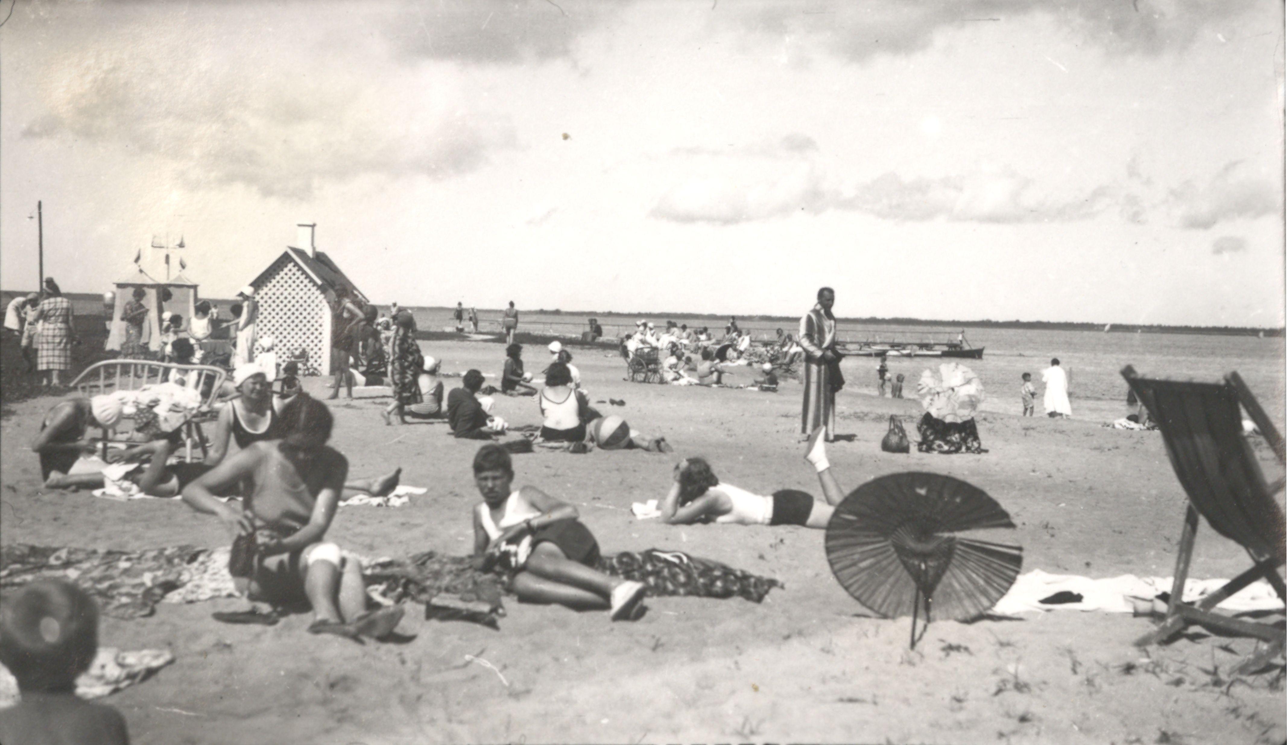 Suvitajad Aafrika rannas päevitamas, 1930. aastad. Haapsalu ja Läänemaa Muuseumid 1524 59 Ff 411