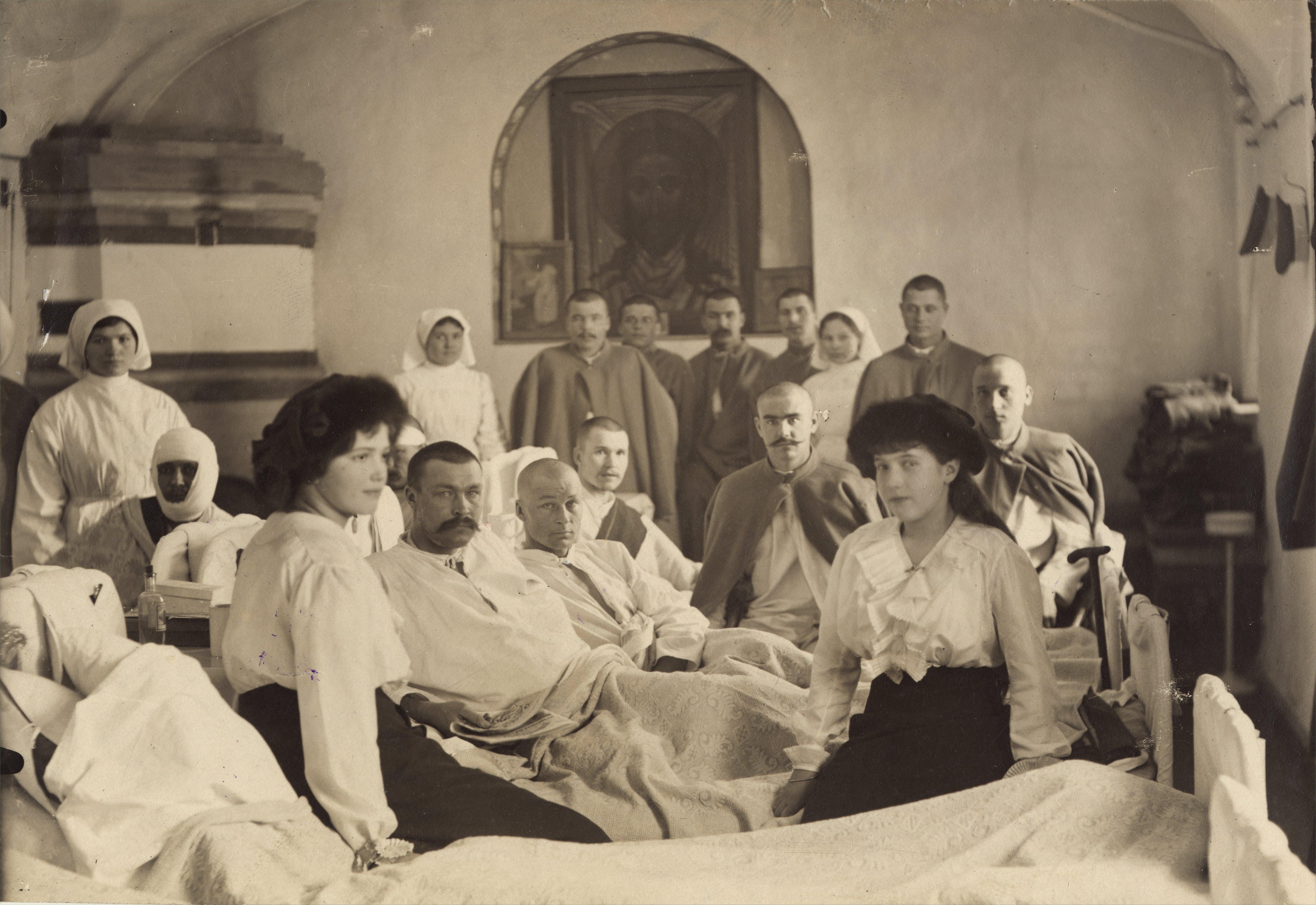 Vene tsaari Nikolai II tütred suurvürstinna Maria (vasakul) ja Anastassia (paremal) Tsarskoje Selo sõjaväehaiglas 1915 aasta juunis. EFA.0-58386