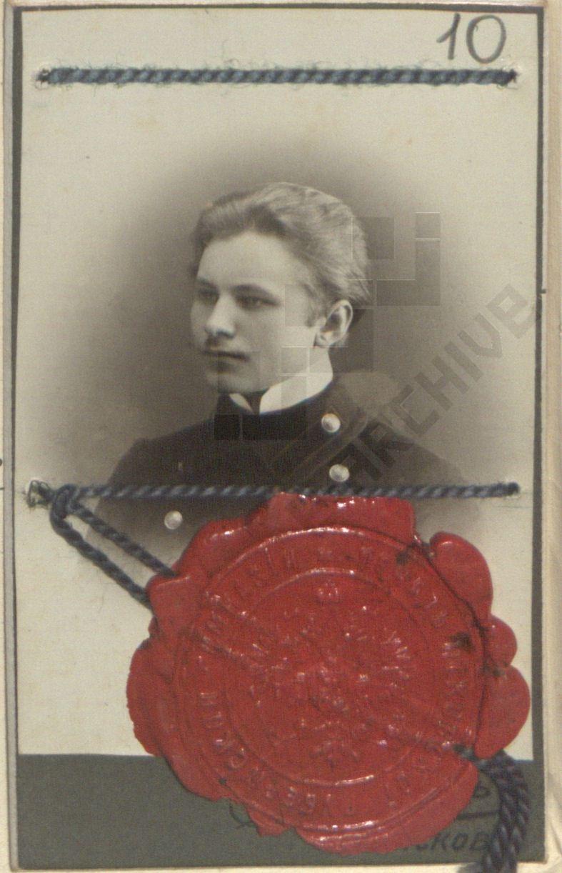 Otto Tiefi foto 5. juunil 1910 Pihkva kubermangugümnaasiumis väljastatud lõpueksamite sooritamise tunnistuselt. TsGIASpb.14.3.57649, l. 10