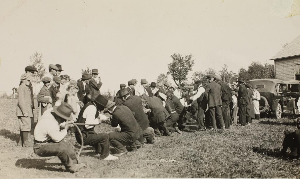 ERAF.9595.1.19.16. Naisemeeste ja poissmeeste köievedu Eesti seltsimaja juures Medicine orus Kanadas, 1934.